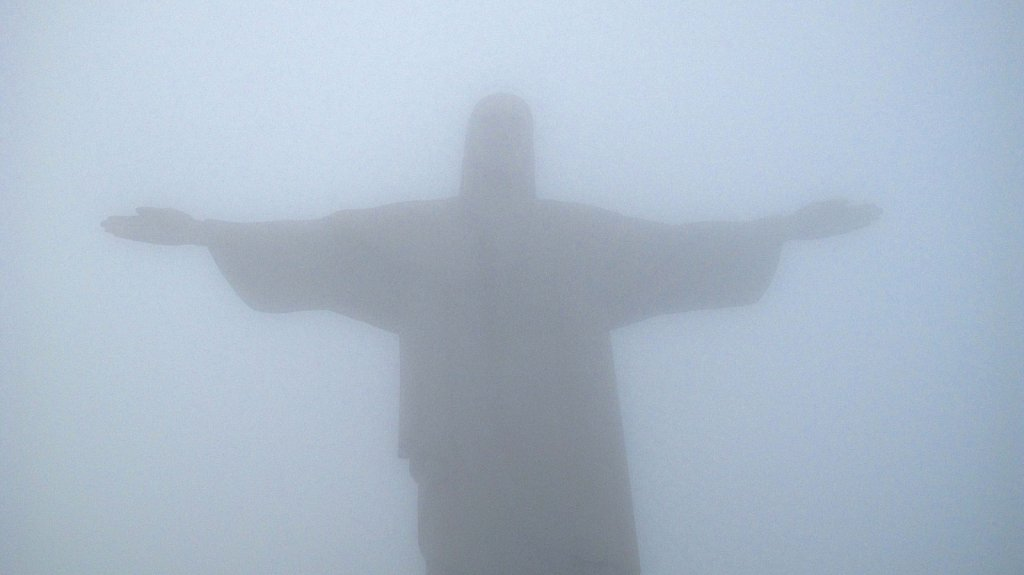 Cristo bajo las nubes